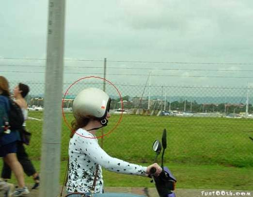 picture10-casco-humor-mujer-moto.jpg